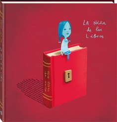 El álbum ilustrado La niña de los libros nos cuenta la historia de una pequeña que navega a través de un mar de palabras para llegar a la casa de un niño. La protagonista invita a su nuevo amigo a comenzar una aventura a través de los bosques de cuentos de hadas